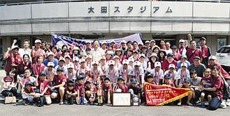 決勝の舞台の前で家族、関係者らとともに記念撮影