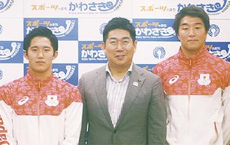 福田市長を挟んで水球五輪代表の荒井選手(左)と飯田選手(右)