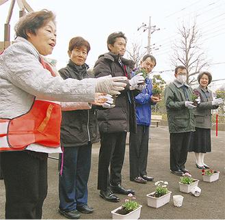 花植え式に参加する遠藤会長(手前)と野本区長(右奥)ら