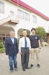 解体前の第一園舎と亀ヶ谷さん一家。左から忠宏さん、忠男さん、元譲さん