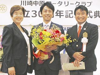 記念写真に納まる左から都倉幹事、小泉議員、戸張会長