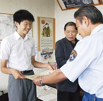 金子消防署長から表彰状を受け取る竜治君
