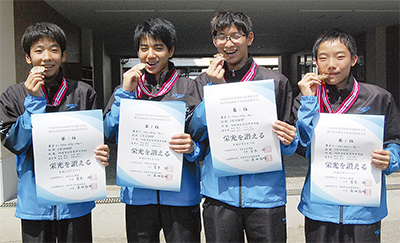リレーメンバーの(左から)新井田君、福島君、小泉君、友田君