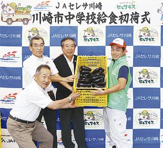 宮前区内のなすの生産者・持田さん(右)と同JA役員
