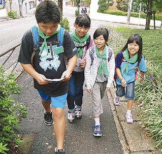 道を確認しながら歩く児童ら
