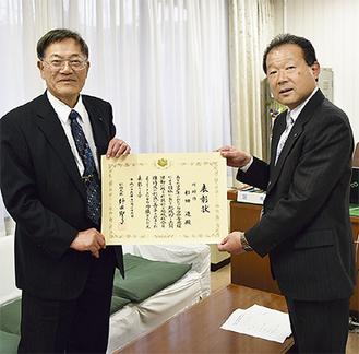 小田嶋区長を表敬訪問した杉田さん(左)