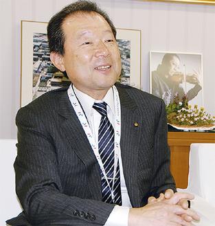 インタビューに答える小田嶋区長