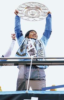 シャーレを高々と掲げる中村憲剛選手
