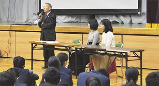 生徒に話をする藤原さん(写真左)