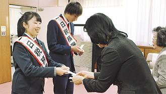 税務署長として名刺交換をする吉池さん(写真右手前)と井上君(同奥)