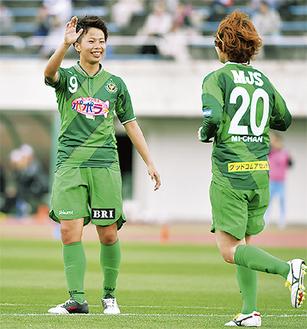 ゴールを喜ぶ田中選手(左)/⒞TOKYO VERDY