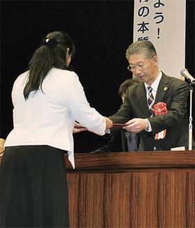 鈴木会長(右)から表彰状を受け取る受賞者