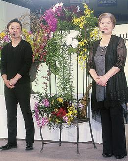 完成した作品と都倉さん(右)