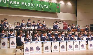 鍵盤ハーモニカや打楽器を演奏する園児ら