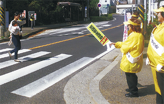 歩行者に交通安全を呼び掛ける参加者