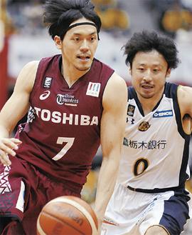 田臥勇太選手と競り合う篠山竜青選手(左)=20日