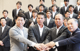 決意を示す平馬監督(右から2人目)、松本幸一郎主将(同3人目)