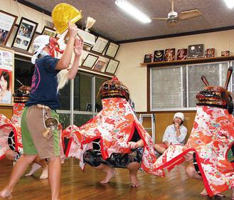 奉納に向け練習を積む舞子と親獅子(奥)=29日、初山会館