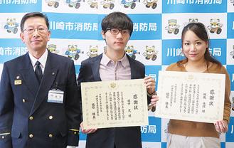 砥石署長と田中さん(中央)・堀越さん(右)