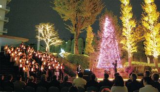 聖歌隊も登場し、幻想的な雰囲気の中で点灯式が行われた
