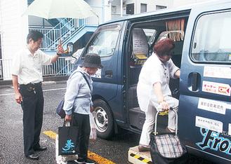 自治会でコミュニティバスを運行。左端が庄司会長