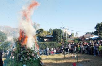 多くの人が訪れた東名犬蔵公園のどんど焼き