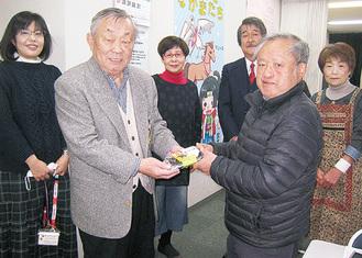 佐藤会長(手前左)が恵方巻を手渡した