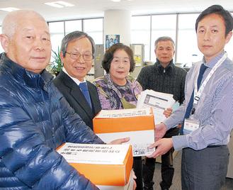 市職員に意見書を届ける団体代表たち(左4人)
