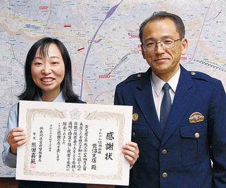 感謝状を手にする塚本さん(左)と熊田署長