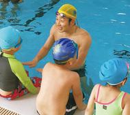 ベトナム児童に水泳指導
