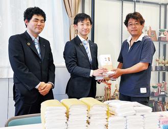 愛児園にタオルを寄贈するJCメンバー(左)