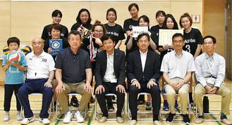 優勝チームと高橋哲也宮前区長(前列中央)、大会関係者