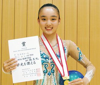 賞状とメダルを手にする加藤さん