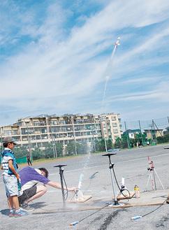 100m以上飛ぶロケットも(写真は昨年)