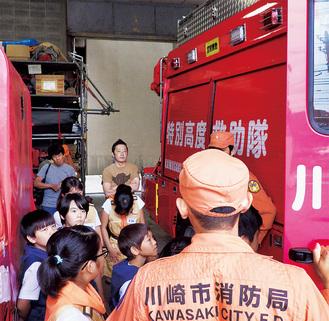 署員による消防車両の説明に耳を傾けるクラブ員の子どもたち