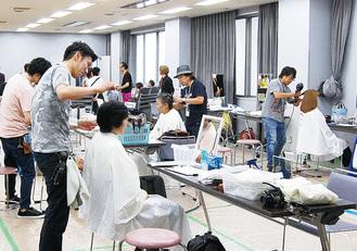 理美容師がヘアカット(昨年)