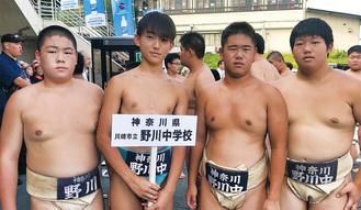 右から岡田さん、棚橋さん、川崎さん、高野開生さん、(すべて3年)