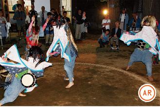 土俵の上で獅子舞を披露する4人の舞子