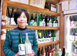 多様な地酒が揃う店内と青木代表