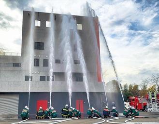 毎年恒例となっている消防団による一斉放水