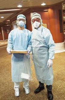 船室を回って問診にあたる岡野会長(右)とJMATのメンバー=先月14日、本人提供