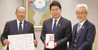 右から岡野医師会長、福田市長、浜田代表