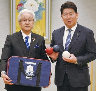 ボッチャ用具を手にする福田市長(右)と山本ガバナー