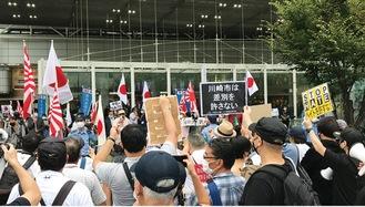 排外主義を唱える団体に抗議する人たち=9月20日
