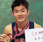 メダルを手にする柾木選手