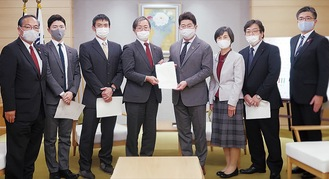 市長(右から4番目)へ要望書を提出する区議団