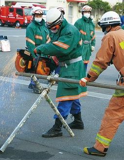 エンジンカッターを扱う消防団員