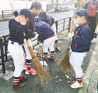 清掃する児童