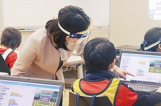 プログラミング指導を受ける参加者