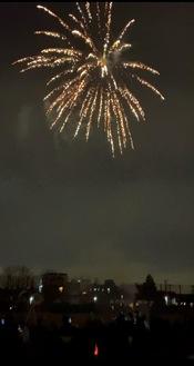 夜空に打ち上げられた花火と楽しむ児童ら(西梶ヶ谷小提供)